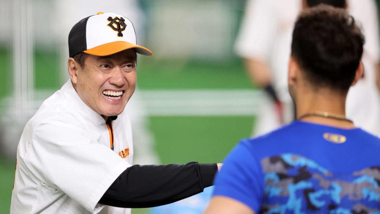 【悲報】巨人原監督とDeNAソト、練習中に笑顔で話す