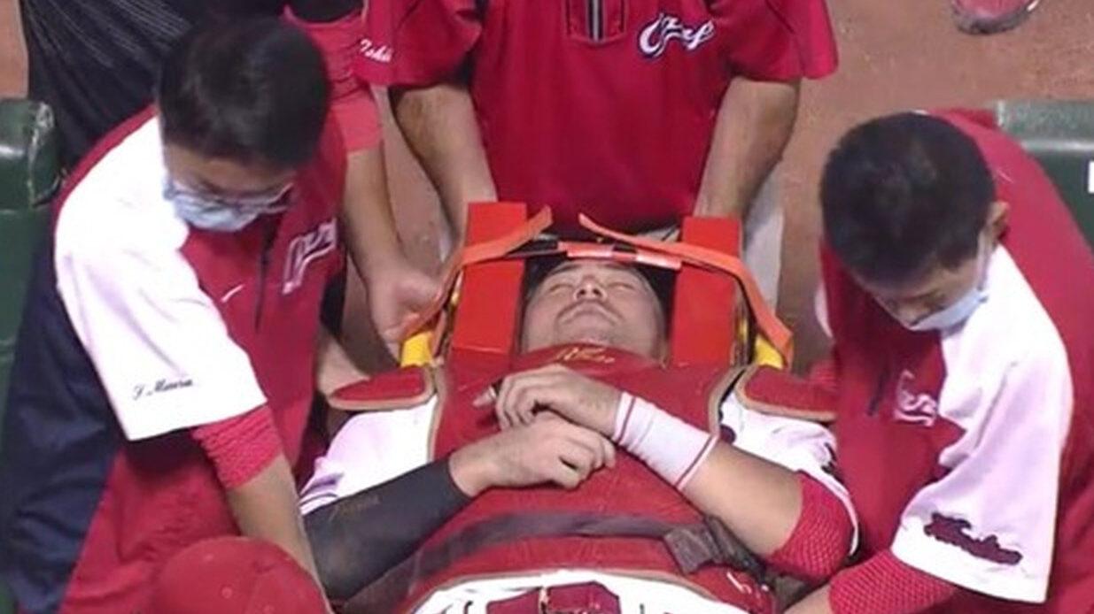 會澤、ファールチップで意識なしで担架に運ばれる