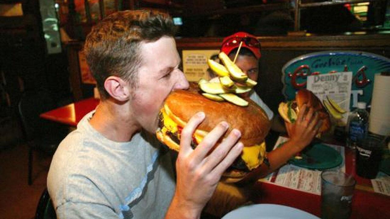 【画像】アメリカのハンバーガー、デカすぎワロタwwwwwww
