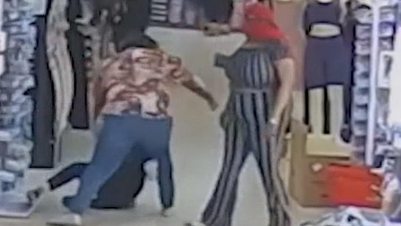【悲報】アメリカ黒人さん、韓国系アジア人店主の店で暴れる
