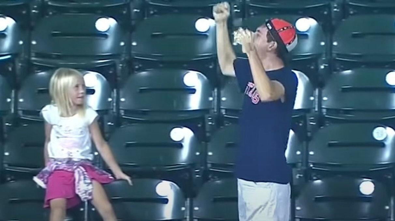 【動画】アメリカ人「ホームランボール取ったで!ん!?子供も欲しがっとるやんけ」優しい世界