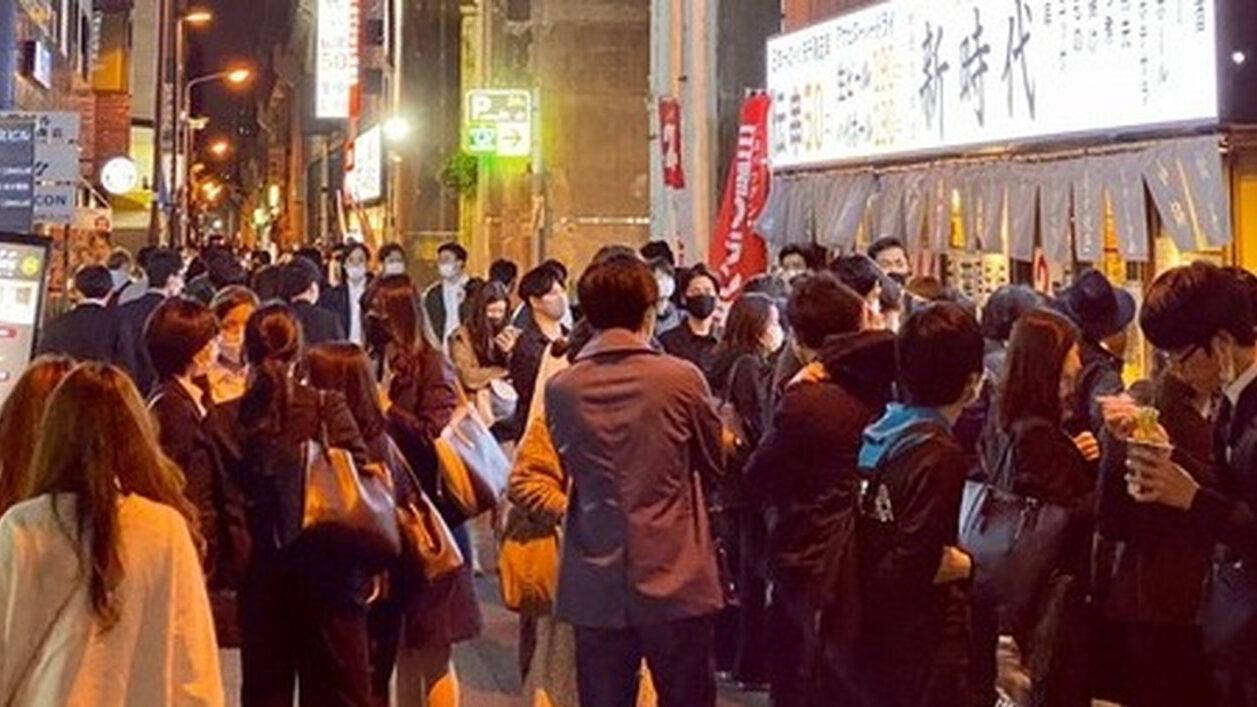 【悲報】秋葉原で深夜まで営業し続ける居酒屋、客が溢れてしまう