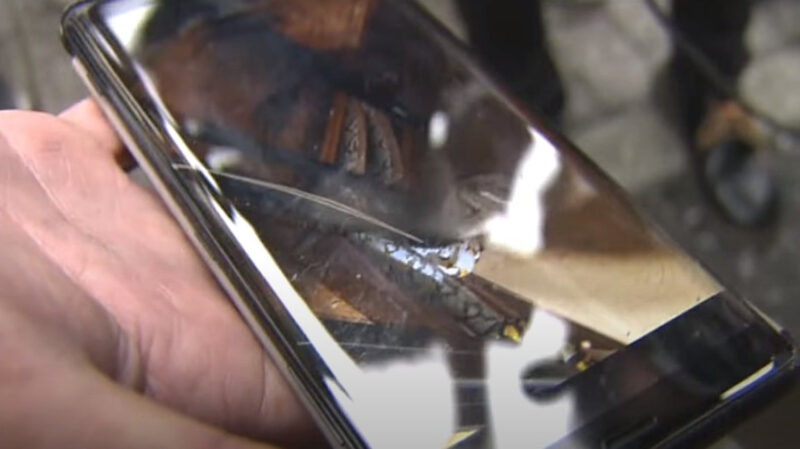 【朗報】脱走ニシキヘビ、アパート屋根裏で発見!